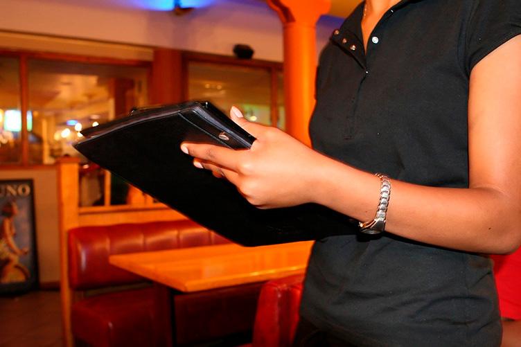 Официант в кафе пытается унести вашу карту