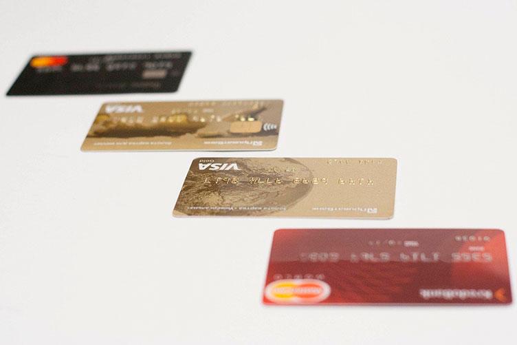 Россиян могут лишить бесплатного выпуска и обслуживания банковских карт